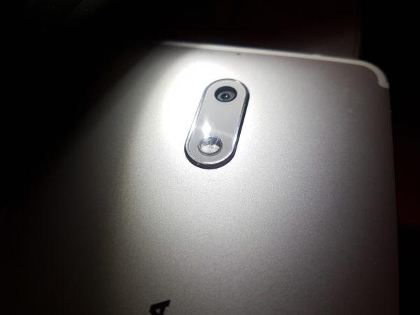 Kućište kamere je malo ispupčeno pa su ogrebotine zbog stavljanja na stol neminovne.